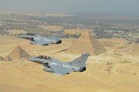 Rafale B Egypte en vol au dessus des pyramides.