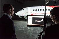 Dassault Falcon Jet, établissement de Little Rock. La vue du modèle 3D d'avion avec le plan de peinture choisi, et la projection vidéo sur l'avion.