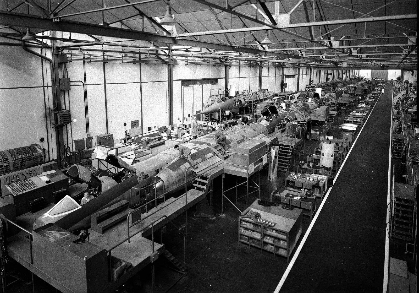 Établissement Dassault Aviation d Argenteuil. Chaîne de fabrication du  Mirage ... 2b59b6f589a