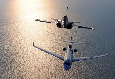 Vol en patrouille d'un Falcon 8X et d'un Rafale C